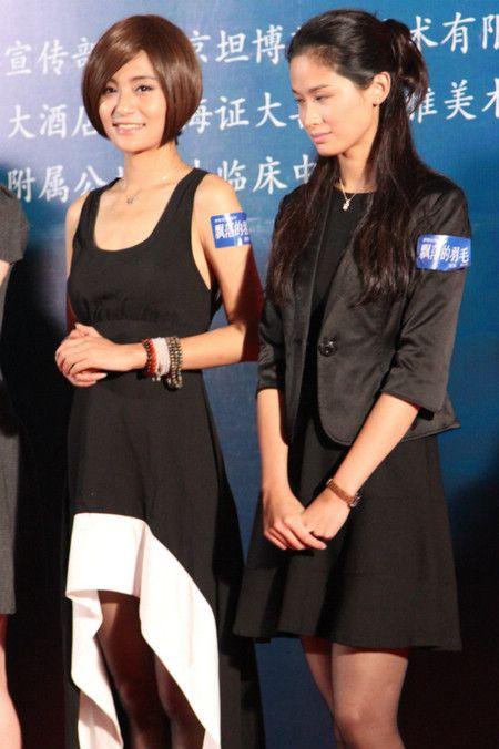关机仪式现场演员刘洋影子(图左)