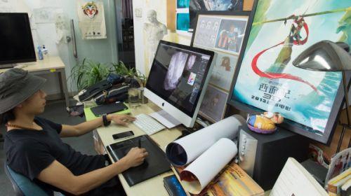 """一位设计师在北京""""十月动画工坊""""工作室工作"""