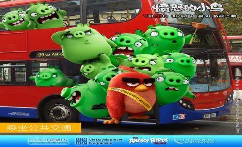 """伦敦-""""胖红""""与绿猪坐公交。"""