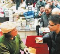 漫画家郑辛遥携新书《漫条思理》在上海书城与读者见面