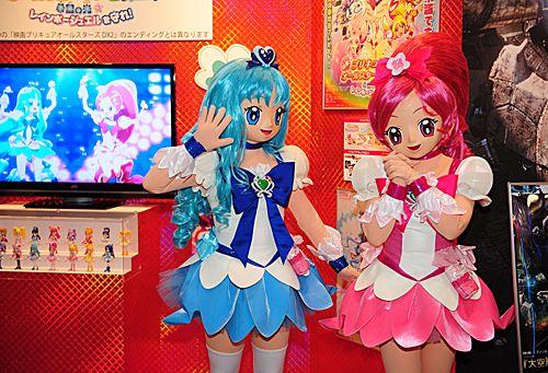 东京国际动漫展上的工作人员和参观者打招呼。新华社记者季春鹏摄